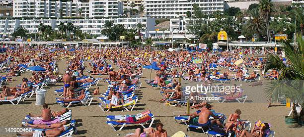 beach and holidaymakers, puerto rico, gran canaria, spain - crowded beach stock pictures, royalty-free photos & images