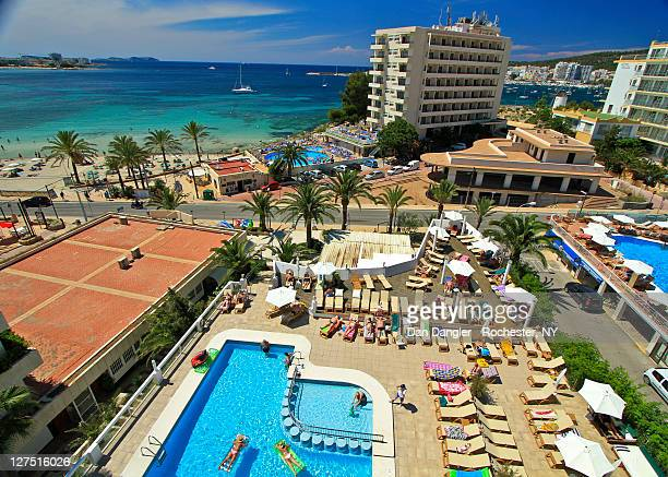 beach and hotal swimming pool - insel ibiza stock-fotos und bilder