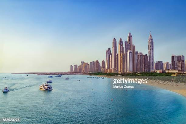 beach and skyline of dubai marina - dubai strand stock-fotos und bilder