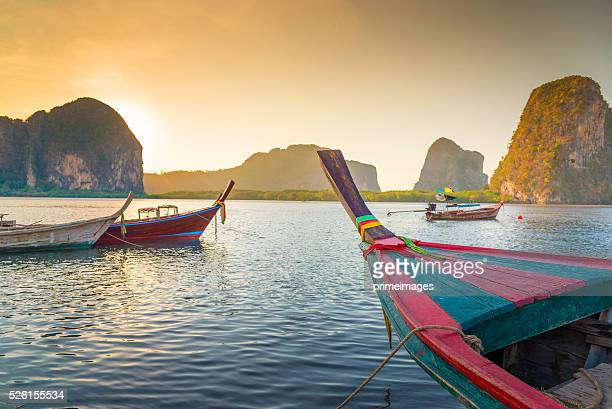 Mar tropical y playa con larga cola barco en Tailandia