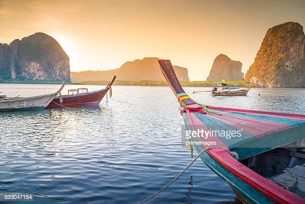 Plage tropicale et la mer avec bateau de longue queue en Thaïlande