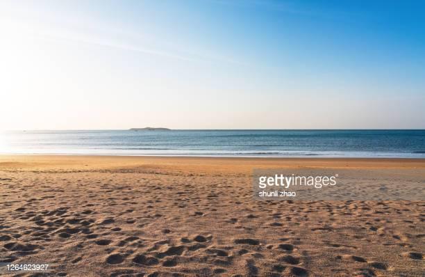 beach at sunrise - spiaggia foto e immagini stock