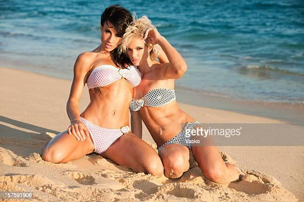 playa babes - gorgeous babes fotografías e imágenes de stock