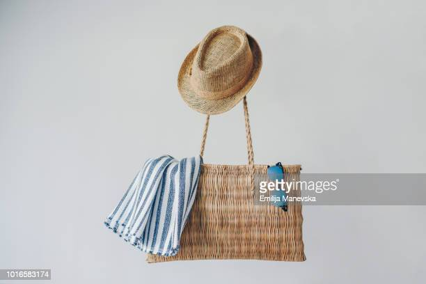 beach bag and accessories - nature morte photos et images de collection