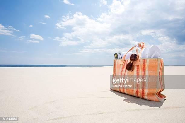 beach bag  - サングラス 無人 ストックフォトと画像