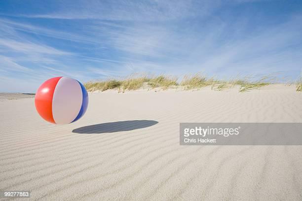 beach ball - rebote fotografías e imágenes de stock