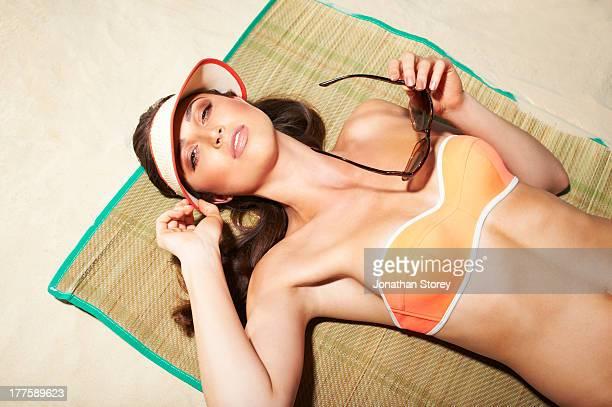 beach bikini - donne abbronzate foto e immagini stock
