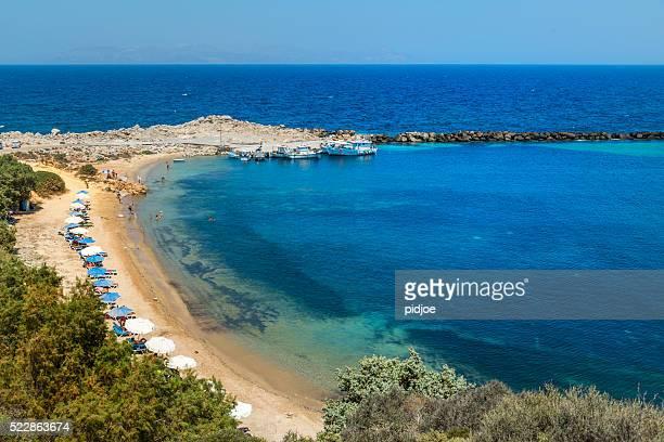 Strandstühle und Sonnenschirme, geheime Bucht Limionas, Insel Kos, Griechenland