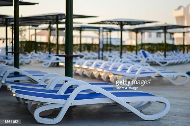 beach chairs pool side in resort - sharm el sheikh foto e immagini stock