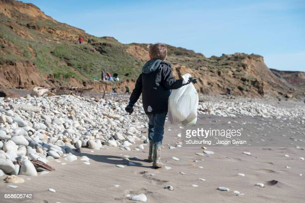 beach clean on the isle of wight - s0ulsurfing stock pictures, royalty-free photos & images