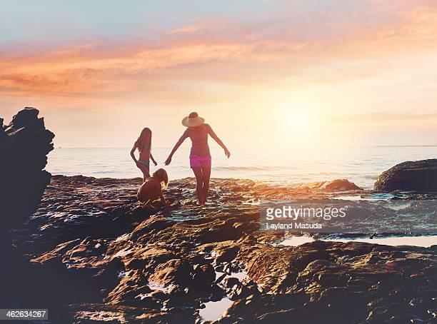 beach cove sunset - with family - tidvattensbassäng bildbanksfoton och bilder