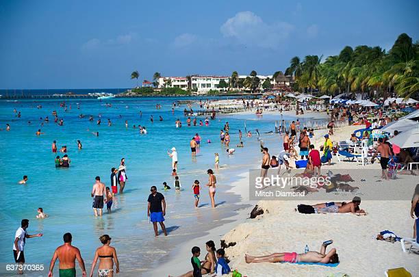 beach crowd on isla de mujeres - mujeres fotos stockfoto's en -beelden