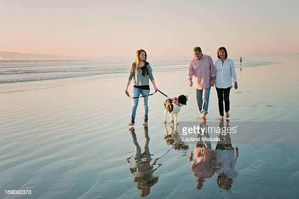 beach family with dog - 55 59 años fotografías e imágenes de stock