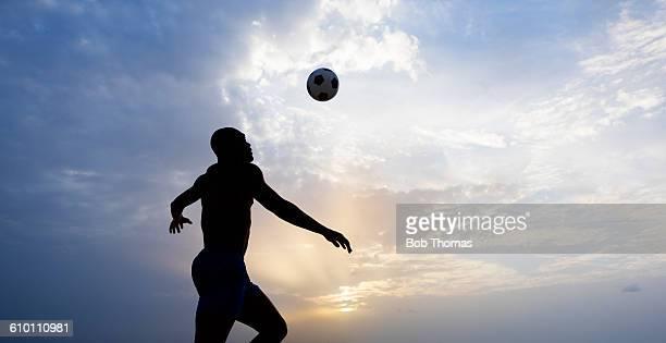 beach football silhouette - chutar imagens e fotografias de stock