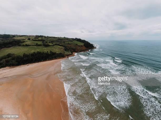 playa desde arriba - cantabria fotografías e imágenes de stock