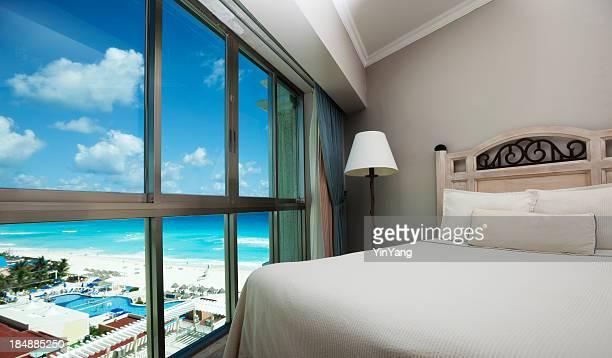 La playa con vista panorámica del mar Caribe, a través de la ventana