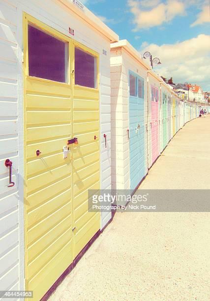 beach huts at lyme regis - lyme regis fotografías e imágenes de stock