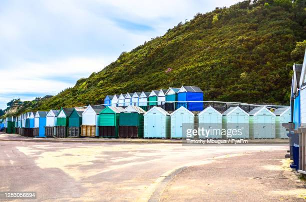 beach huts in bournemouth and poole, dorset, england. - プール市 ストックフォトと画像