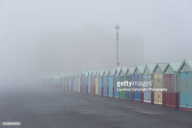 beach huts on hove seafront in thick fog - cabine de plage photos et images de collection
