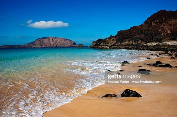 beach las conchas and montaña clara in la graciosa - lanzarote stock pictures, royalty-free photos & images