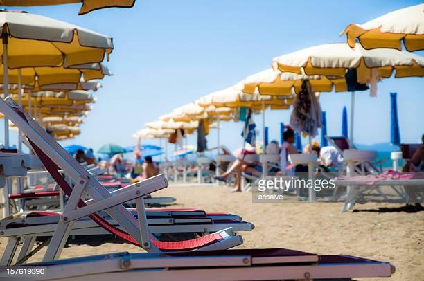 vita da spiaggia - ombrellone da spiaggia foto e immagini stock