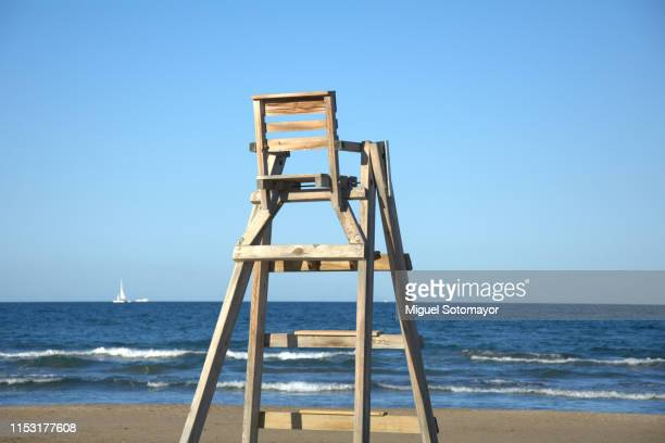 beach lifeguard stand - strandwächterhaus stock-fotos und bilder