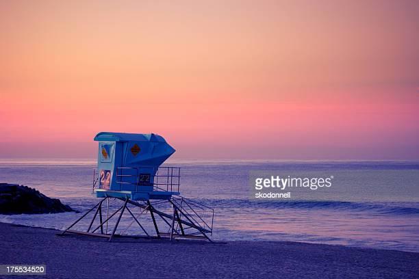 rettungsschwimmer-station am strand bei sonnenuntergang - strandwächterhaus stock-fotos und bilder