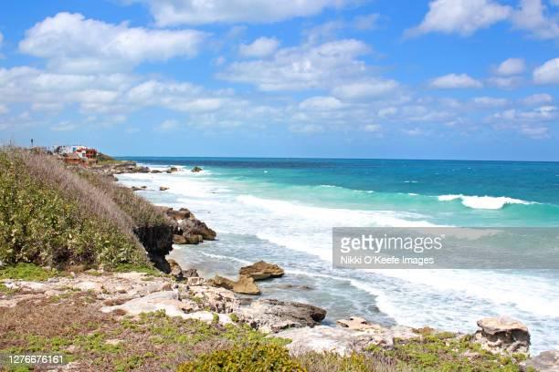 beach on isla mujeres - mujeres fotos stockfoto's en -beelden