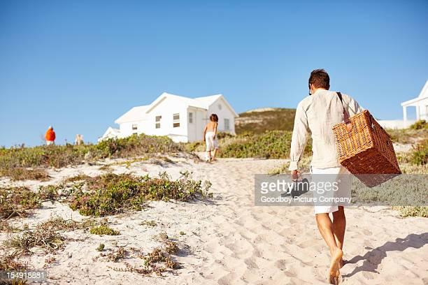 picnic en la playa - casita de campo fotografías e imágenes de stock