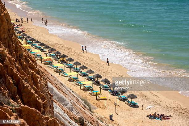 beach praia da falesia, vilamoura, algarve, portugal - lifeispixels stockfoto's en -beelden