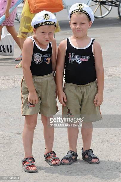 Beach Resorts Of Crimea Deux enfants des jumeaux posant avec le bonnet de marin russe