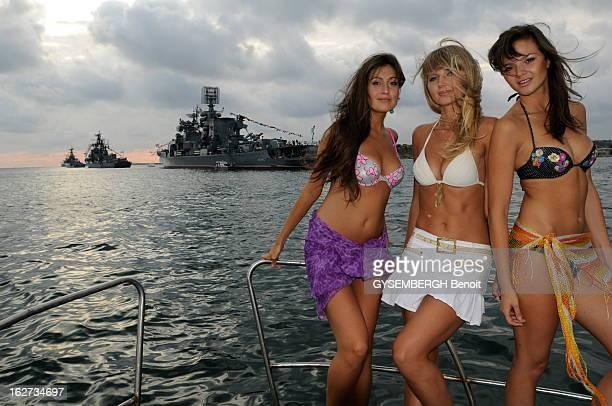Beach Resorts Of Crimea Trois jeunes filles Alyona 20 ans Anna 24 ans élue Miss Sébastopol et Inga 19 ans posant en maillot de bain à l'avant d'une...