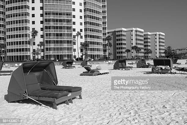 beach scene on siesta key beach, florida - siesta key 個照片及圖片檔