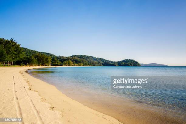 beach shoreline on sunny day at kelambu beach, kudat sabah. - baia foto e immagini stock
