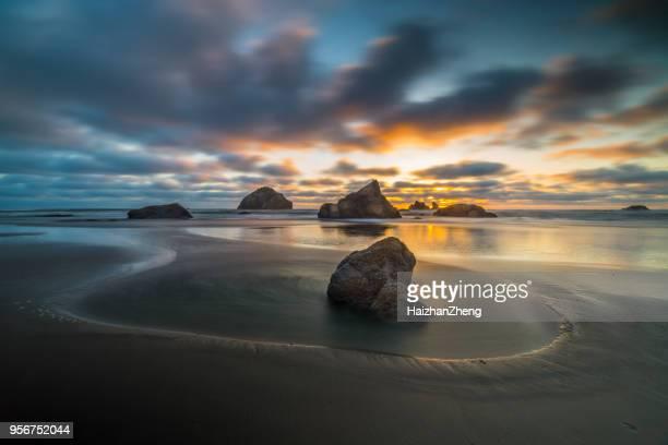 sunset beach-natuur - rotsformatie stockfoto's en -beelden