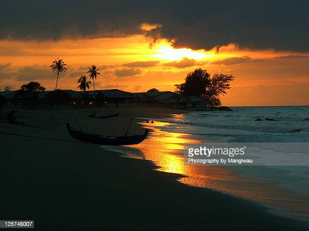beach sunset - retreating ストックフォトと画像