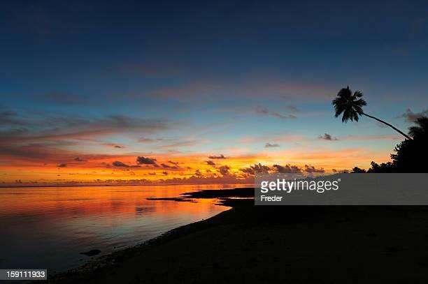 spiaggia al tramonto - rarotonga foto e immagini stock