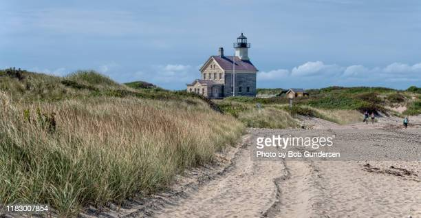 beach to block island's north lighthouse - rhode island stock pictures, royalty-free photos & images