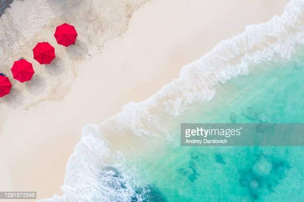 parasols de plage et océan bleu. scène de plage d'en haut - parasol photos et images de collection
