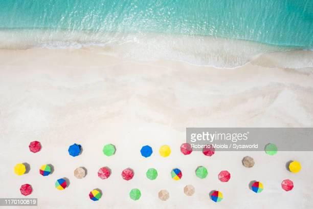 beach umbrellas from above, caribbean, antilles - isla de antigua fotografías e imágenes de stock