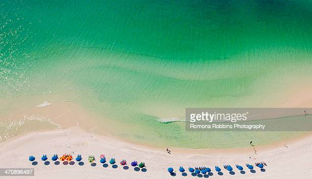 beach umbrellas on beach, destin, florida, usa - golfküstenstaaten stock-fotos und bilder