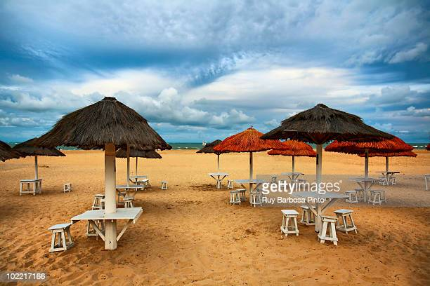 beach umbrellas - brasil sergipe aracaju - fotografias e filmes do acervo