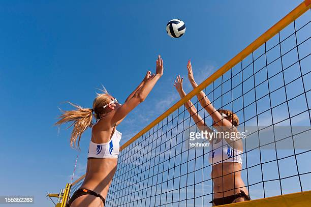 beach volley action on the net - beachvolleybal stockfoto's en -beelden