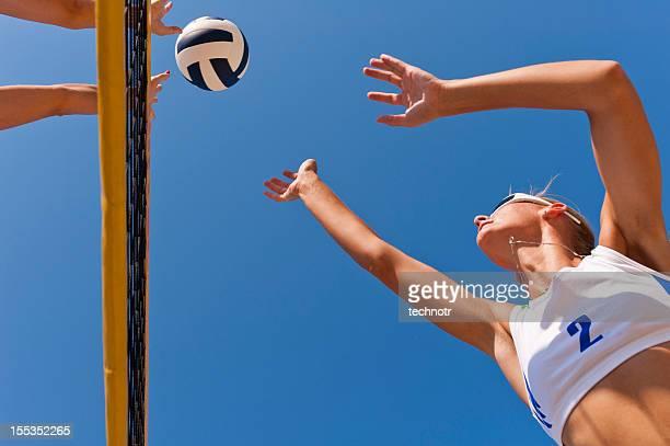 beach volley action sur le net - beach volley photos et images de collection