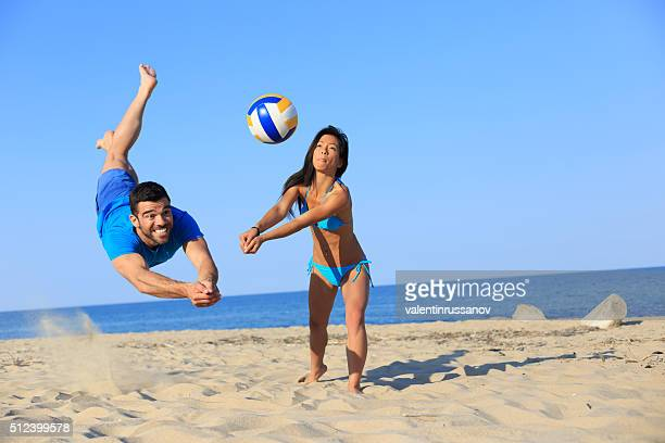 beach volley in action - beachvolleybal stockfoto's en -beelden