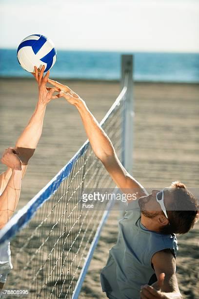 beach volleyball game - strand volleyball der männer stock-fotos und bilder