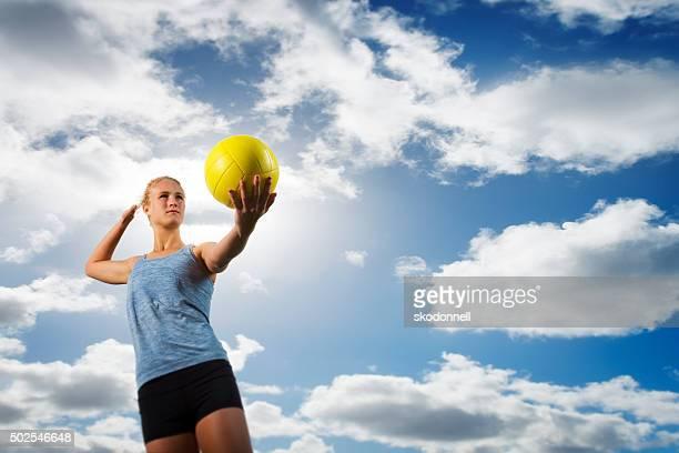 Beach-Volleyball-Mädchen mit Ball