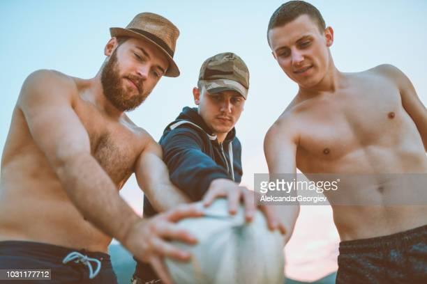 beachvolleybal team pre spel verzamelen voor motivatie - beachvolleybal stockfoto's en -beelden