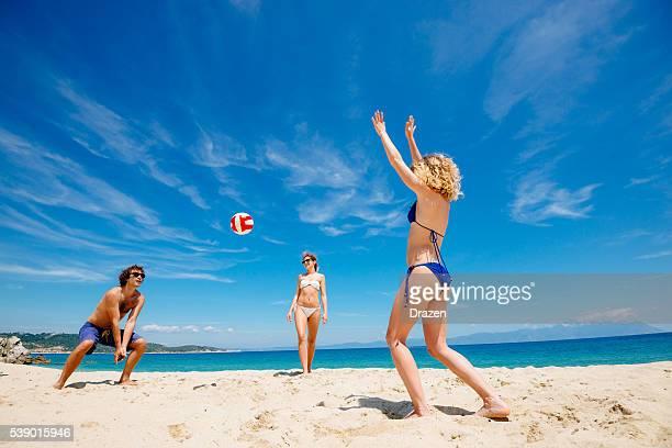 spiaggia volley con gli amici su isole greche - beach volley foto e immagini stock