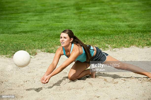 beach volleyball - young woman - beachvolleybal stockfoto's en -beelden